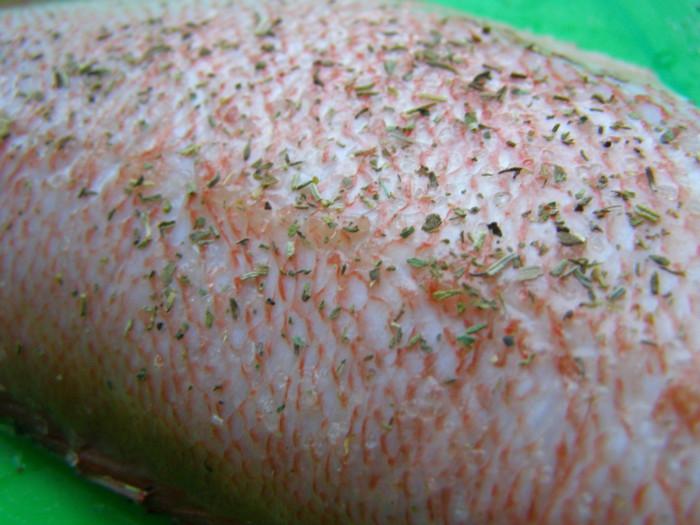 Красный морской окунь жареный на сковороде