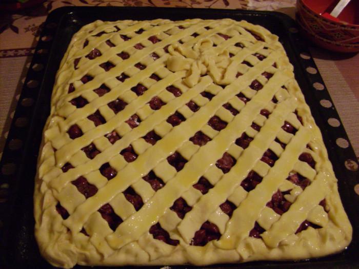 Открытый дрожжевой пирог с вишней