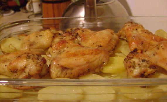 Куриные крылышки на картофельной подушке в духовке