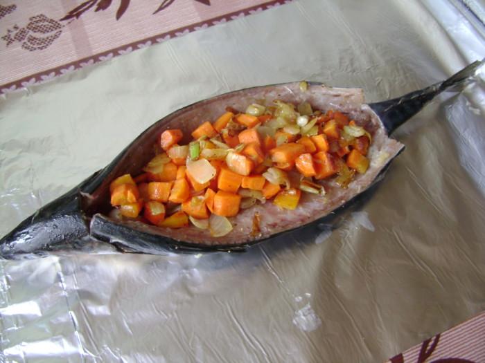 Запеченная скумбрия в духовке в фольге с овощами в виде лодочки