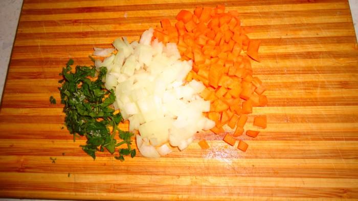Суп из кролика с зеленым горошком, морковью и макаронами.