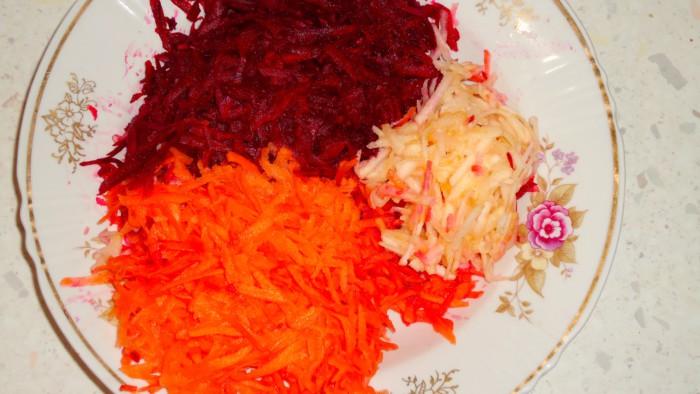 Вкусный салат из сырой свеклы, моркови и яблока