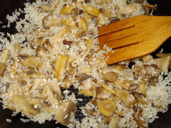 Вкусное ризотто с шампиньонами на сковороде