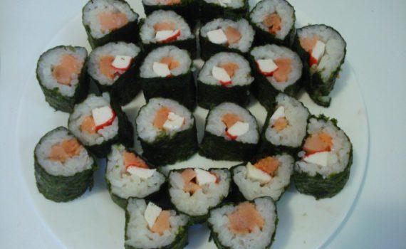 Суши-роллы с крабовыми палочками и красной рыбой