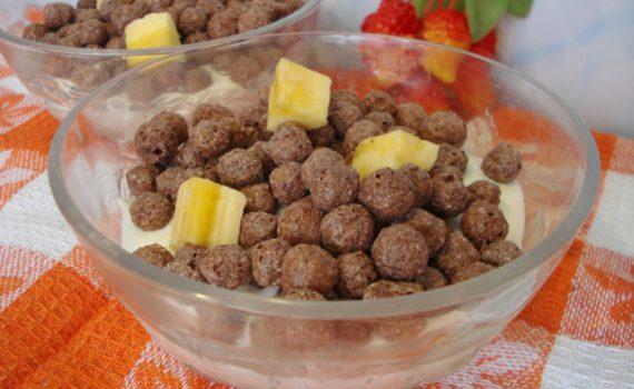 Творожный десерт с бананом и шоколадными шариками