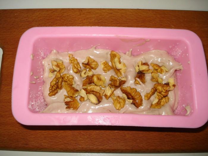 Десерт из безе, заварного крема, орехов и банана