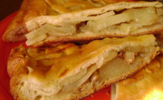 Закрытый дрожжевой пирог с картошкой, грибами и луком