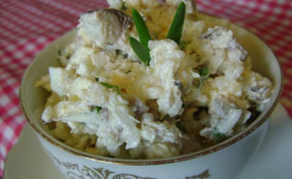 Рыбный салат с рисом, яйцом и соленой скумбрией