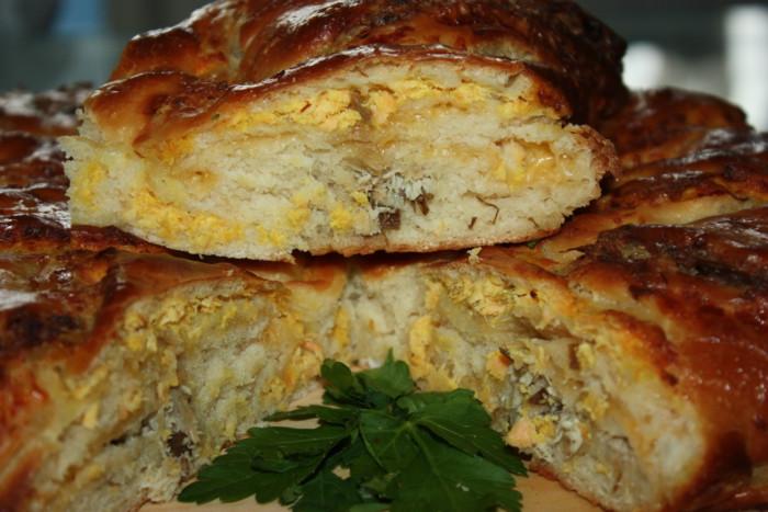 Рыбный пирог из дрожжевого слоеного теста