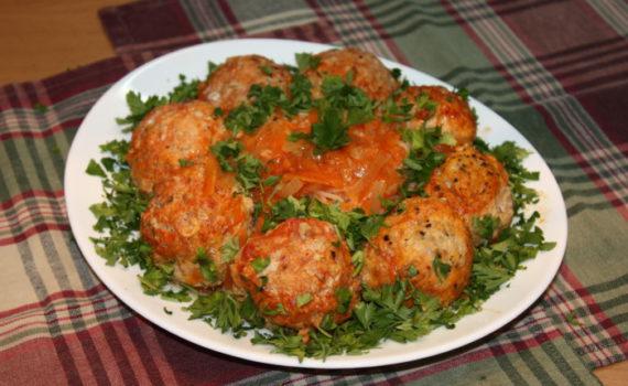 Мясные тефтели с рисом в томатной подливке с овощами