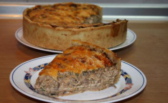 Песочный пирог с курицей, сыром и орехами в духовке