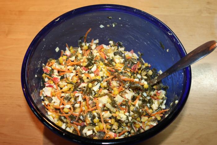 Измельчаем ингредиенты в салатнике
