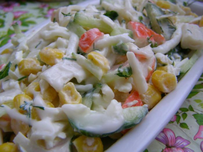 Крабовый салат с кукурузой и яйцом быстро и вкусно