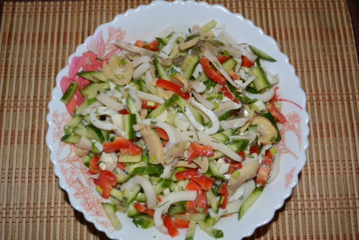 Салат с кальмарами и шампиньонами и морковью фото