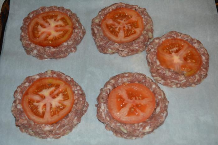 Мясные гнезда из фарша с сыром, помидорами и яйцом в духовке