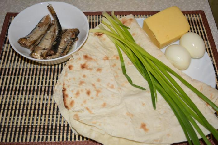 Рулет из лаваша со шпротами, сыром и яйцом