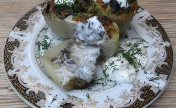 Запеченный в духовке картофель фаршированный грибами и сыром