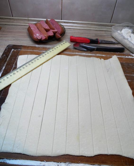 Шпикачки в тесте - быстрые пирожки из слоеного теста