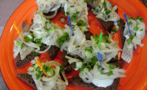 Простые закусочные бутерброды с селедкой на черном хлебе