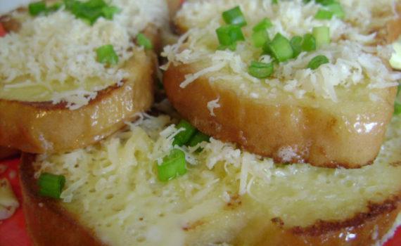Вкусные сырные гренки из батона с яйцом и молоком на сковороде