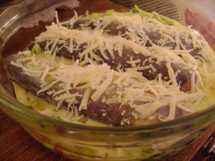 Запеканка из рыбы в духовке сыром и луком-пореем