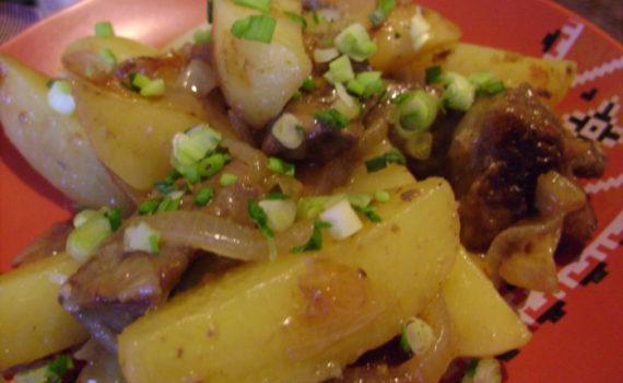 Печень говяжья с картошкой, луком и салом на сковороде