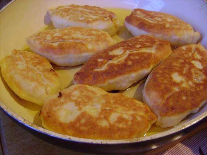 Жареные пирожки с капустой из теста на кефире и соде