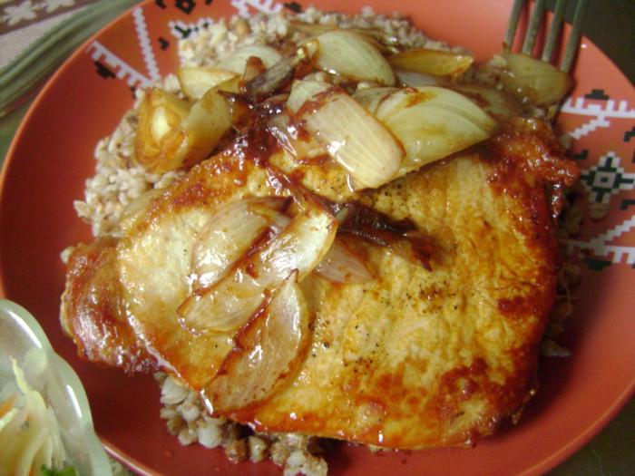 Эскалоп из свинины на сковороде с луком