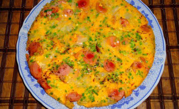 Вкусная яичница из страусиного яйца и сосисок