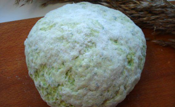 Зеленое тесто для вареников на пару на кефире и шпинате