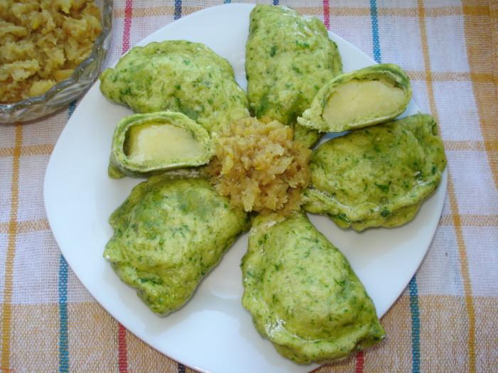 Зеленые вареники на пару, на кефире с картошкой