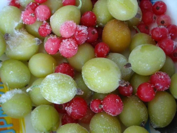 Зеленые вареники с ягодами на пару