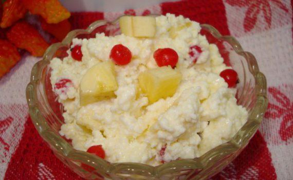 Десерт из творога и сгущенки, с бананом и красной смородиной