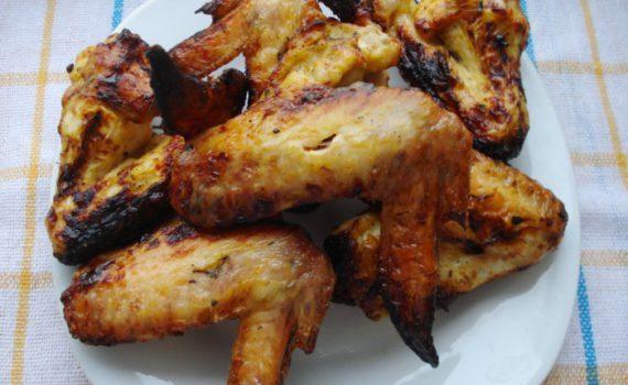 Пряный шашлык из куриных крылышек, замаринованный в горчице, майонезе, вине и специях