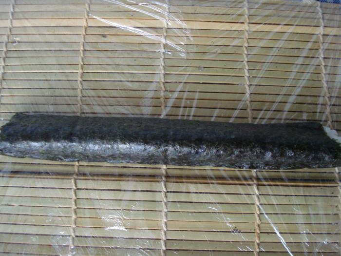 Домашние роллы с крабовыми палочками и огурцом