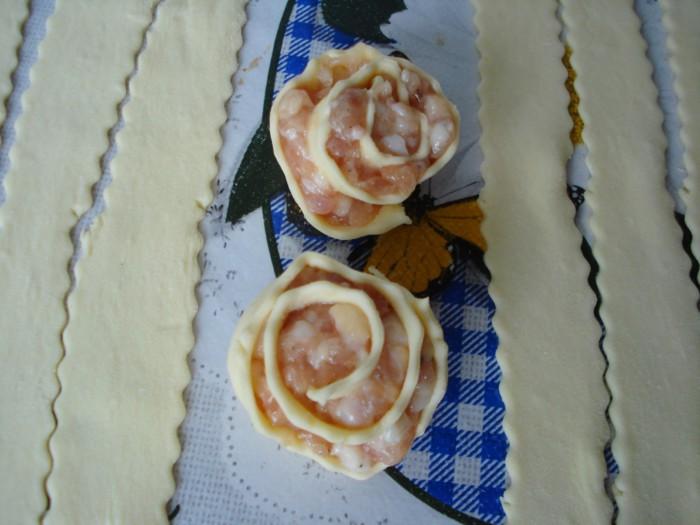 Розочки из готового слоеного теста с мясной начинкой