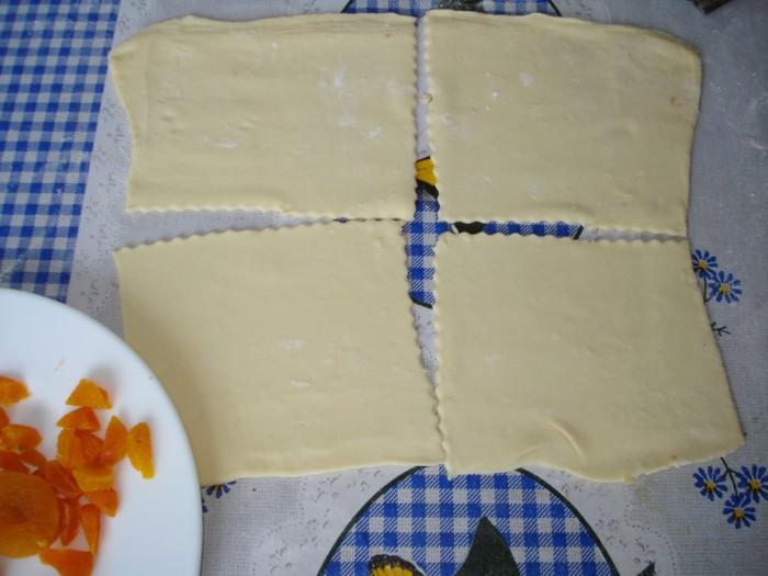 Вкусные слойки с курагой из готового слоеного теста