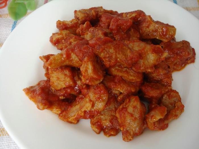 Гуляш из говядины с томатом на сковороде