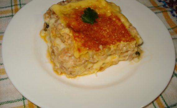 Быстрая лазанья без теста, с куриным фаршем, сыром и соусом бешамель
