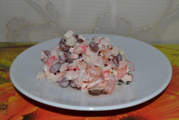 Салат с красной консервированной фасолью, помидорами и крабовыми палочкам