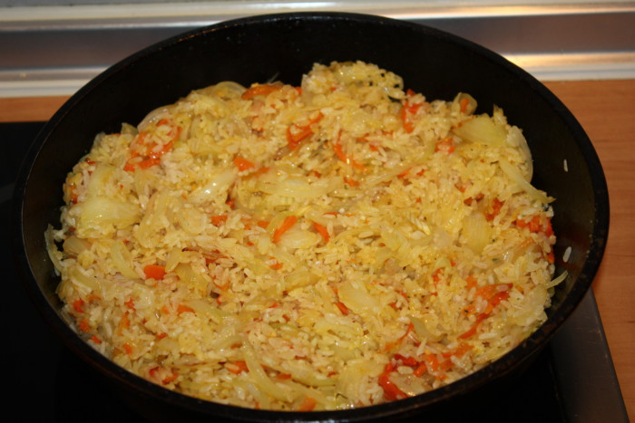Вкусный гарнир из риса с морковью, луком и чесноком