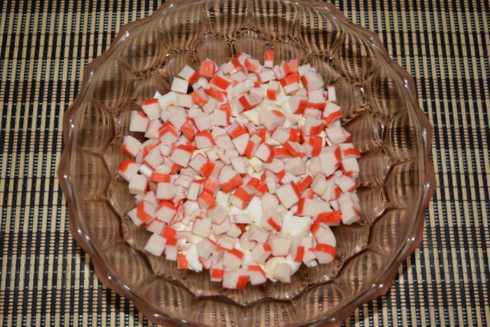 Салат с крабовыми палочками, помидорами, сыром и яйцом