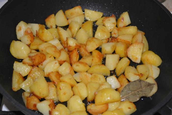 отварной картофель в мундире обжаренный
