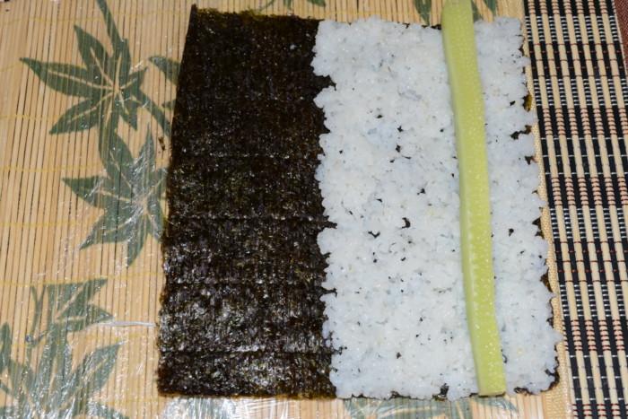 Домашние роллы с красной рыбой, сыром и огурцом