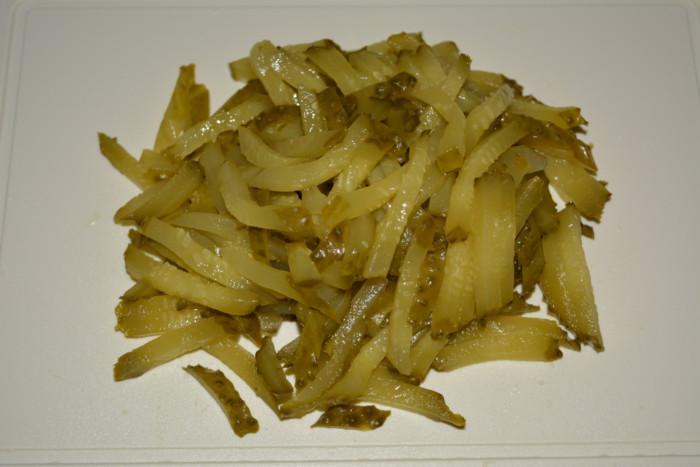 Закуска-салат из маринованных огурцов и лука
