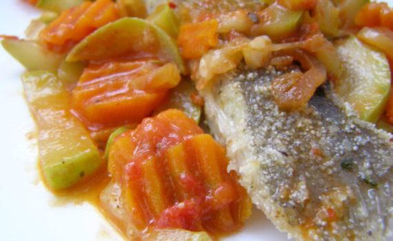Камбала жареная на сковороде с овощами и томатным соусом