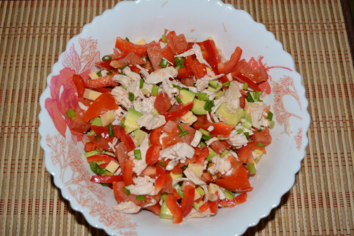 Салат с авокадо, куриной грудкой, сыром и овощами
