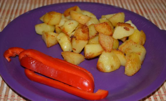Отварной картофель в мундире обжаренный на сковороде
