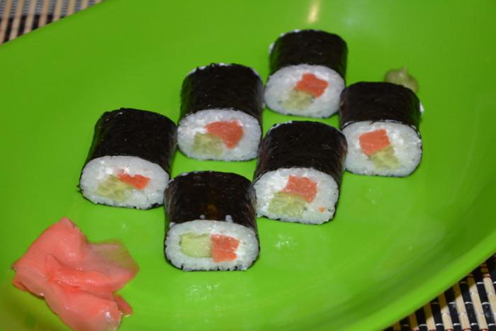 Суши-роллы с красной рыбой, сыром и огурцом