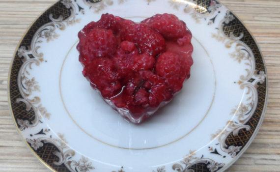 Бисквит в силиконовых формочках с желе и ягодами